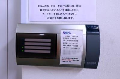 理工図書ビルに設置されたセコムのセキュリティ