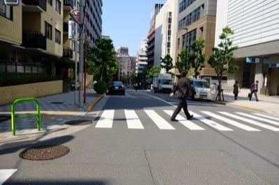 半蔵門駅4番出口の交差点、左手に進むと麹町、直進するとレンタルオフィス