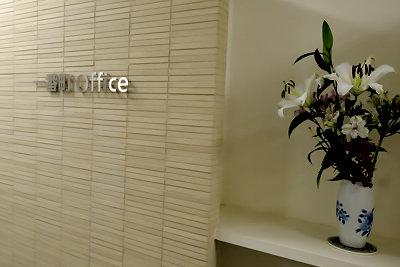 一番町オフィスのエントランスと花